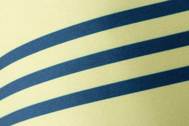 lineas azules en camiseta amarilla
