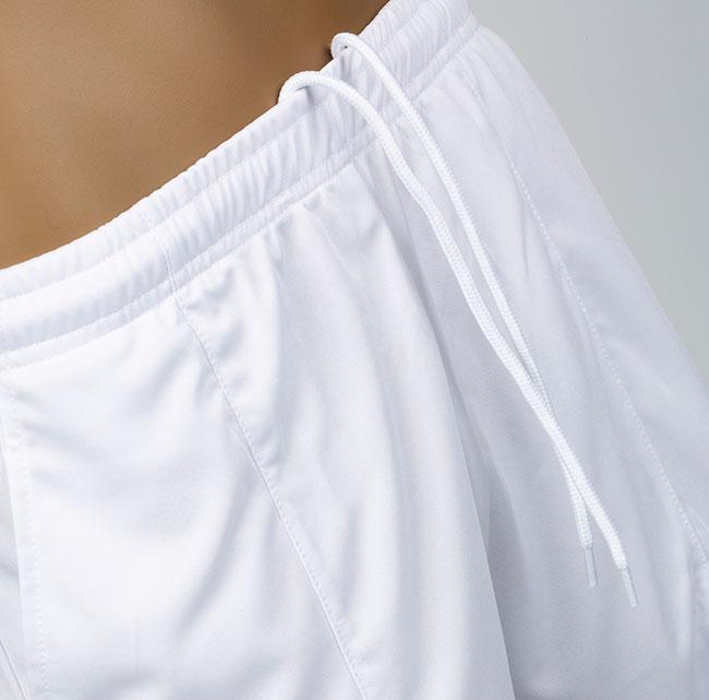 cuerdas en pantalones blancos