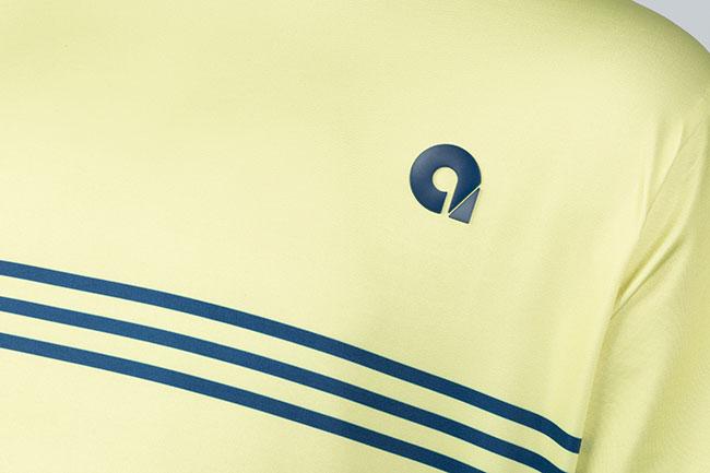 camiseta amarilla con rayas azules