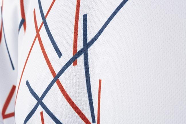 detalles en camiseta blanca de padel