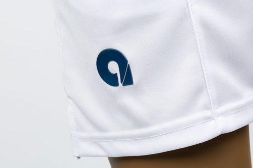 logo de silicona en pantalon blanco