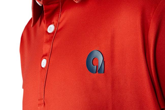 logo silicona en polo rojo